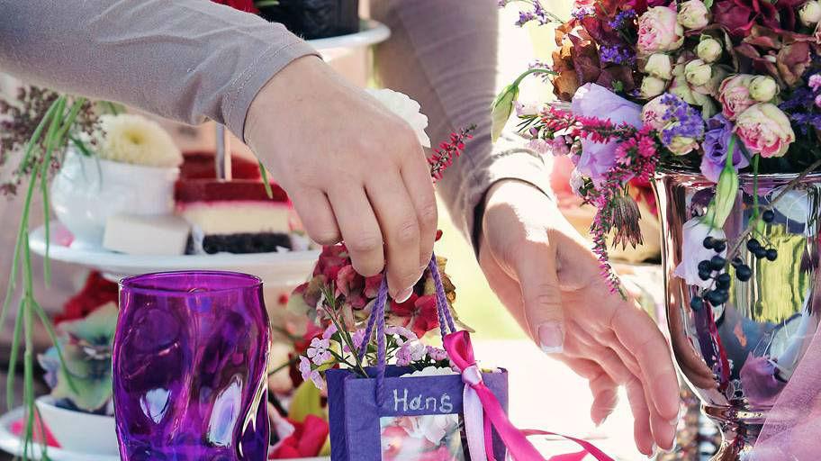 Beispiel: Anrichten der Tischdekoration, Foto: Blumen Isabella.