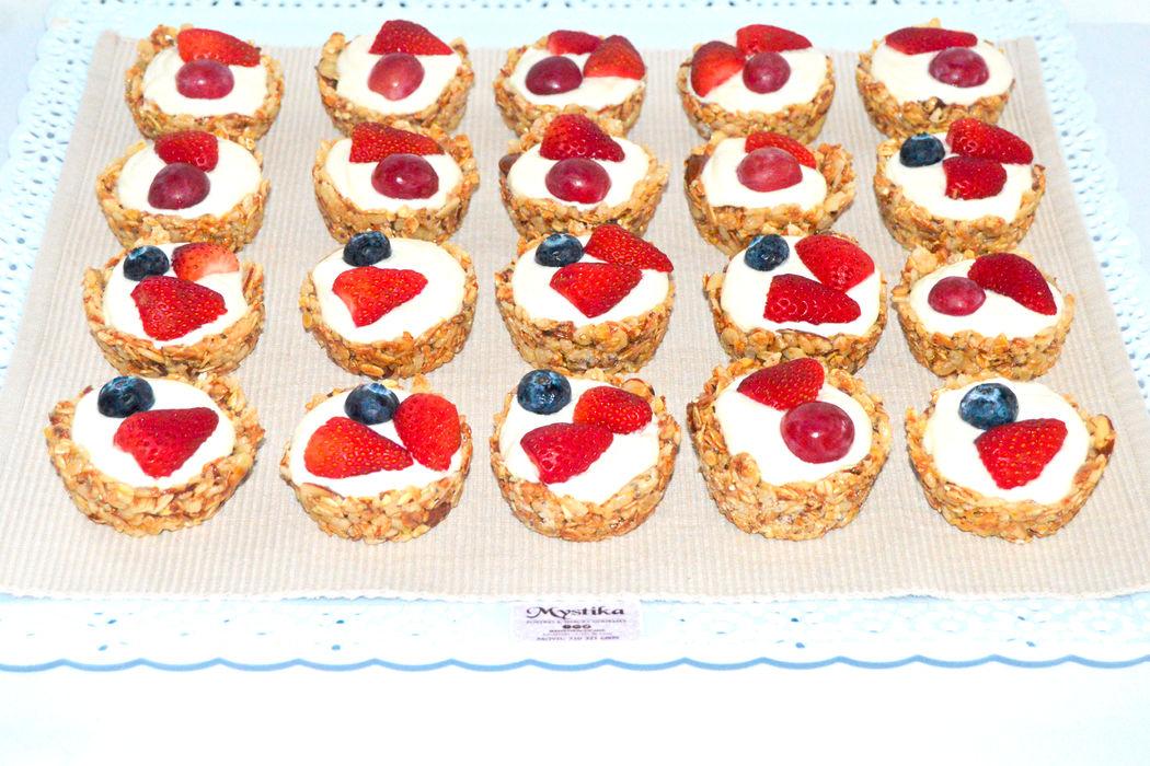 Tartaletas de granoña rellenas de mousse de yogurt griego y frutos frescos