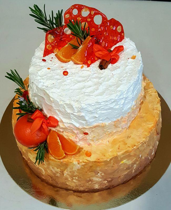 Шоколадный бисквит под апельсиновым муссом,  со взбитыми сливками.  Вес 5 кг