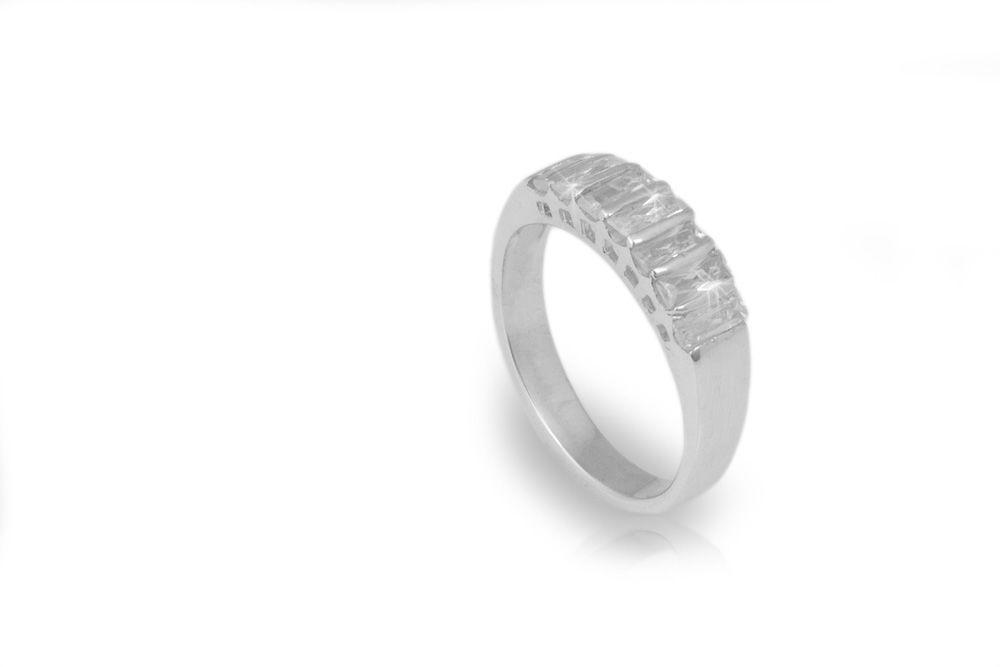Oro blanco con siete diamantes corte baguette de .18ct