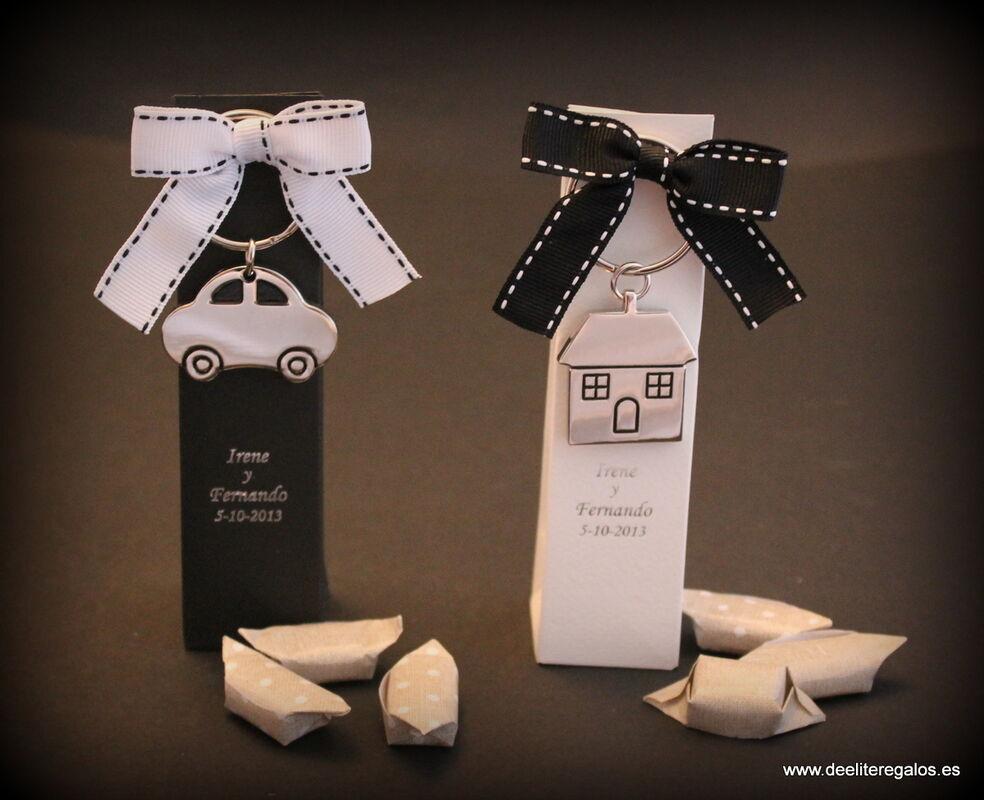 Llavero casa/coche presentado en caja con caramelos. Personalizado por los novios para una boda temática blanco y negro