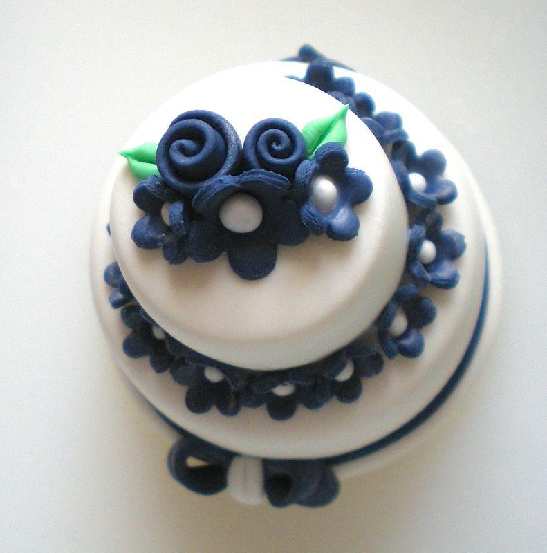 Minicake realizzata e decorata a mano, in pasta di mais. Disponibile solo su ordinazione