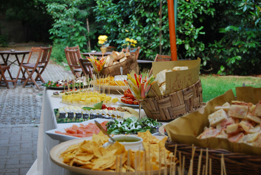 Il buffet rustico dell'aperitivo in giardino