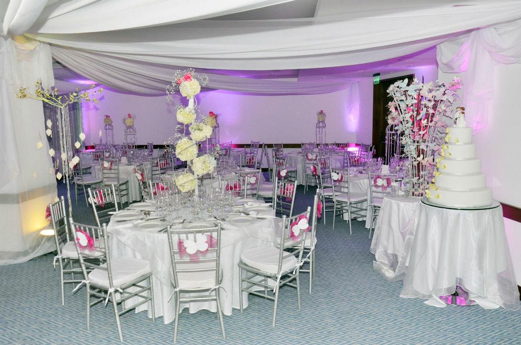 Montajes de Recepción dentro del salón, decorado con velos,  mantelería de lujo.