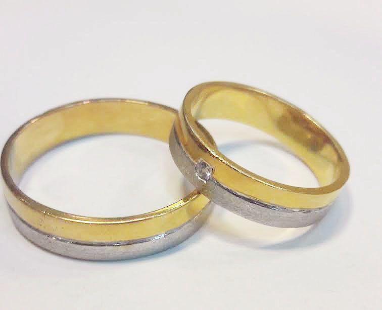 Argollas bicolor oro blanco y amarillo  mas un brillante de 2 puntos. Desde los 8 gramos 18 kilates