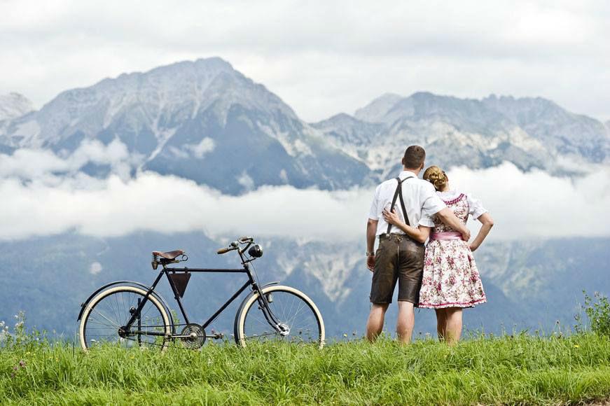 foto: Brautpaar mit Blick auf die Landschaft