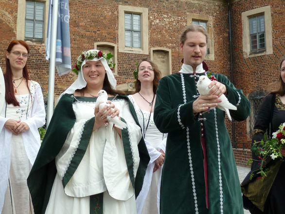 Beispiel: Brautpaar mit Tauben, Foto: Eheleite.com.