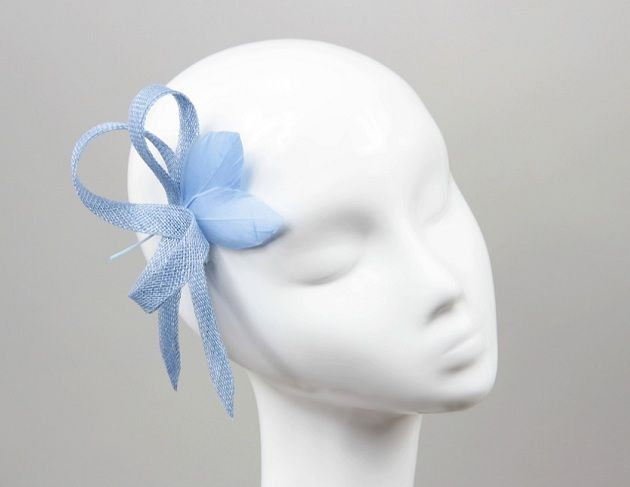 Błękitna, ślubna spinka do włosów z piórkami.