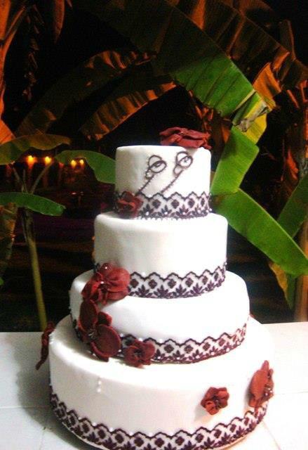 Pastel en Fondant -detalles en color vino y orquídeas