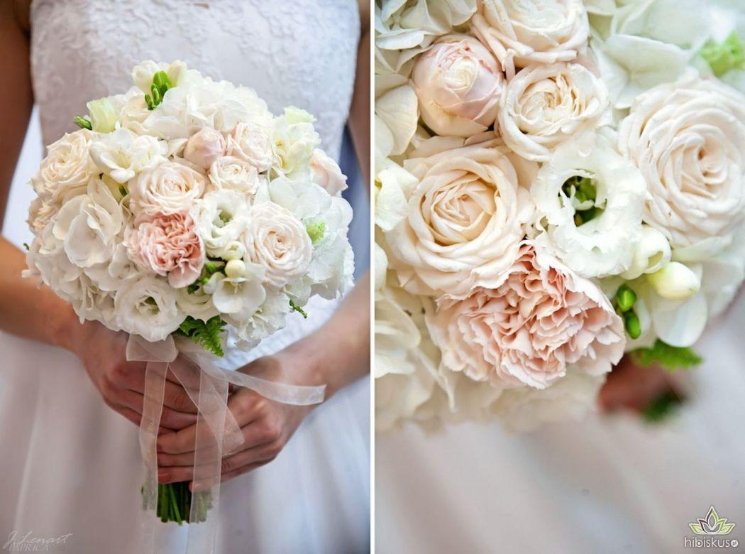 Pudrowy bukiet ślubny wykonany na bazie białej hortensji z różami gałązkowymi, eustomą i goździkami. Cena ok 250pln