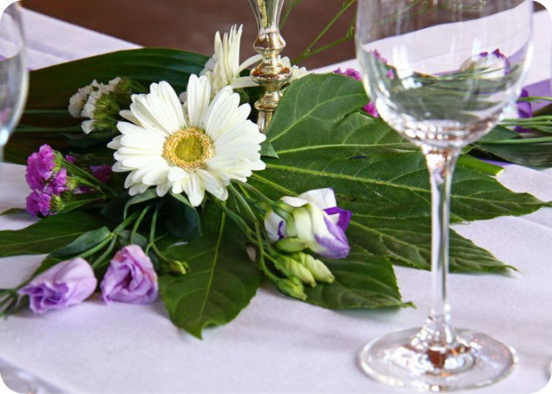 Beispiel: Florale Tischdekoration, Foto: Gasthaus Inselkammer.