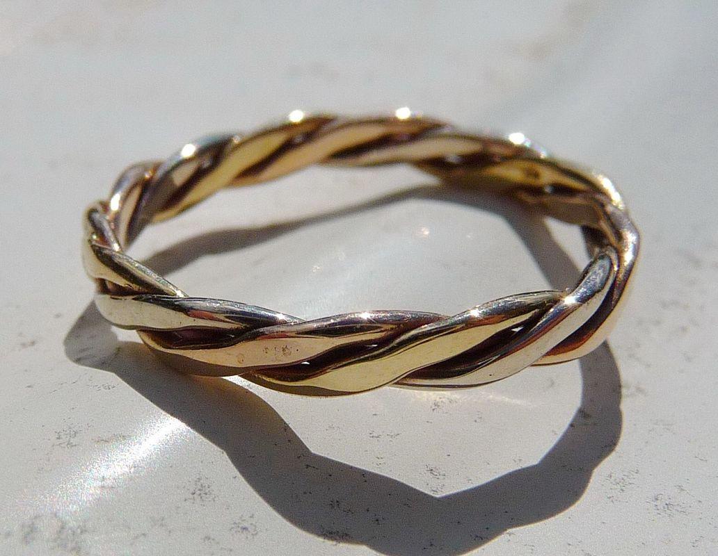 Finesse de l'or tressé en trois couleurs avec la Danse des étoiles