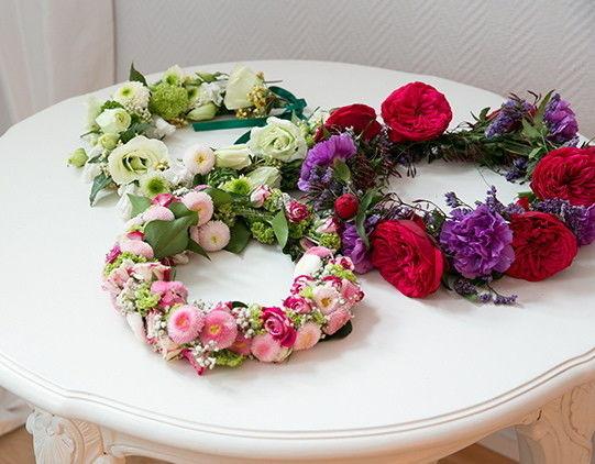 Beispiel: Blumenkränze / Haarschmuck, Foto: Der Brautsalon.