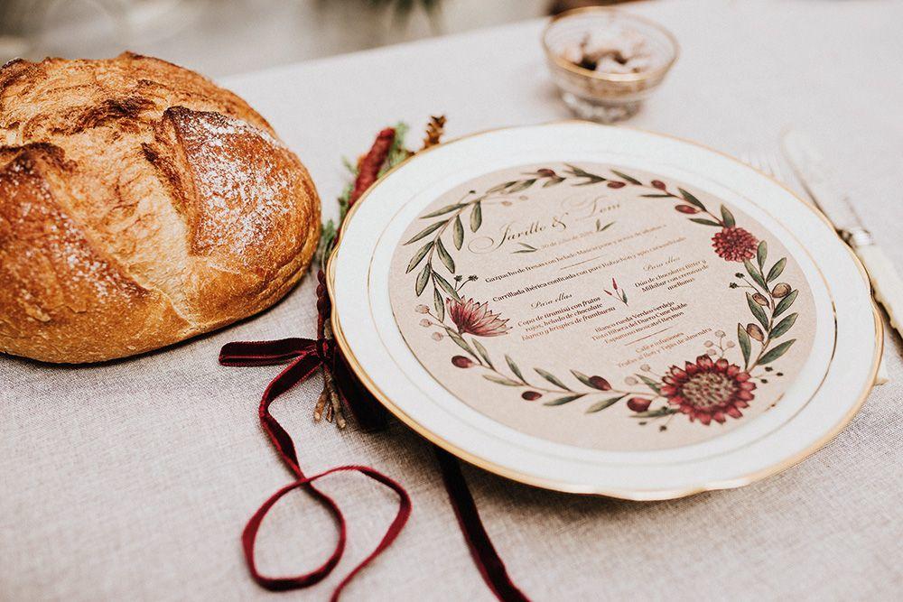 Minuta redonda para la papelería de una boda en el púeblo. Acuarela personalizada en papel craft y detalles rústicos.