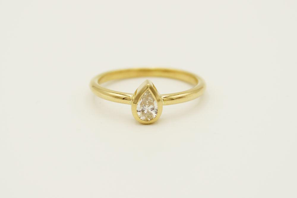 Oro amarillo 18k con diamante corte pera de 0.27ct