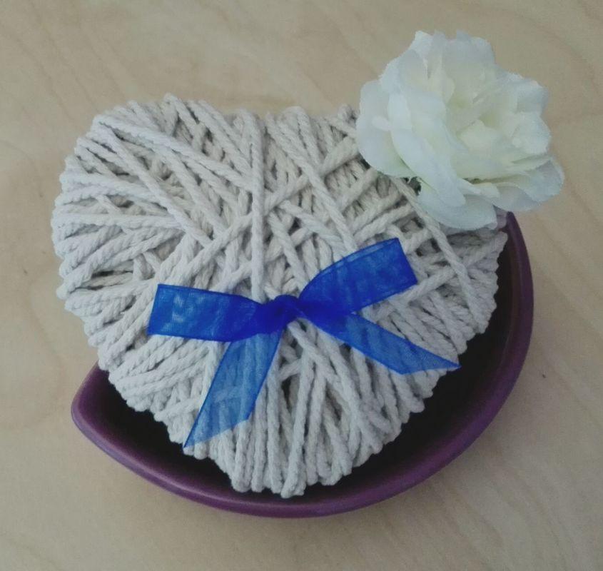 Porta alianzas, elaborado con cuerda de yute.  12cm x 12cm Adornado con flor artificial y cinta de organza.