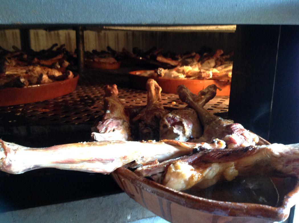 Horno de leña y barbacoas para que nuestros calientes salgan recién hechos. Únicos y deliciosos