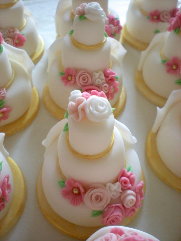 Minicake realizzate e decorate a mano, in pasta di zucchero. Disponibili esclusivamente su prenotazione