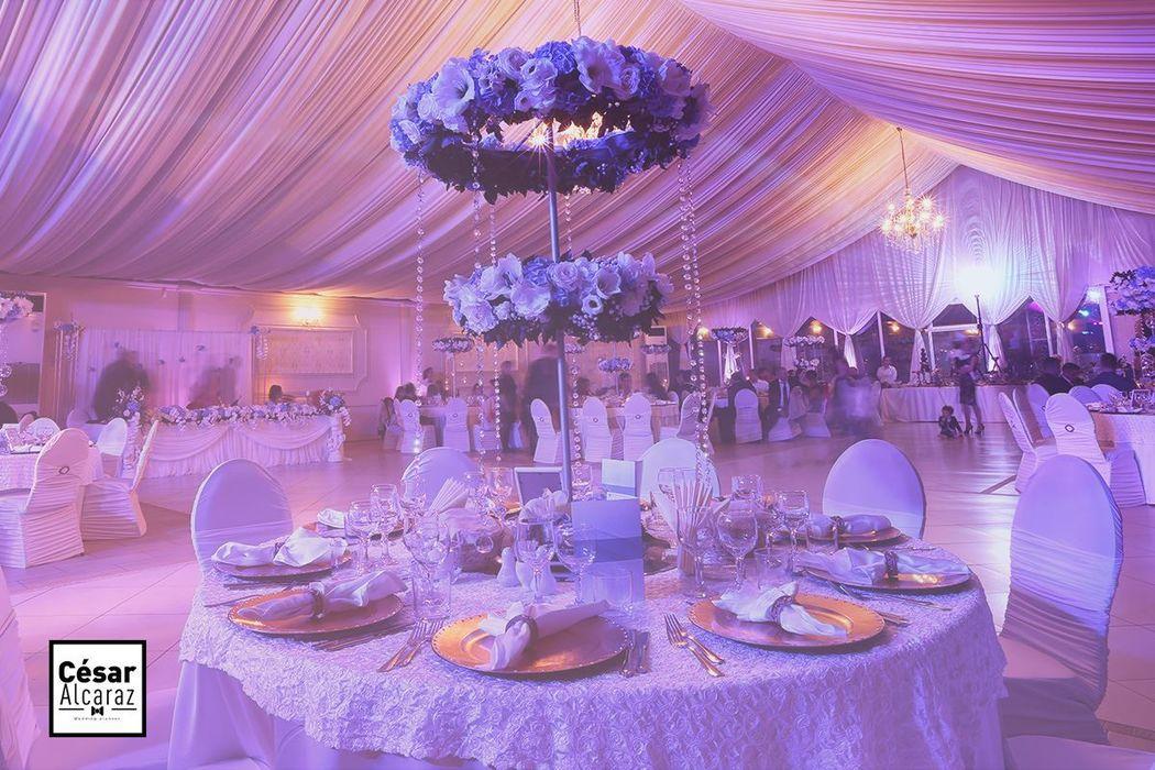 Es fundamental pensar en cómo quieres que se vea tu boda, qué estilo de decoración te gustaría, en qué flores has pensado, etc. Entre más detallados sean los elementos que tienes contemplados, más fácil será iniciar con el diseño de tu boda.