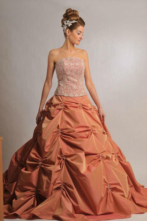 Beispiel: Große Auswahl an Kleidern, Foto: Saray Abendmode.