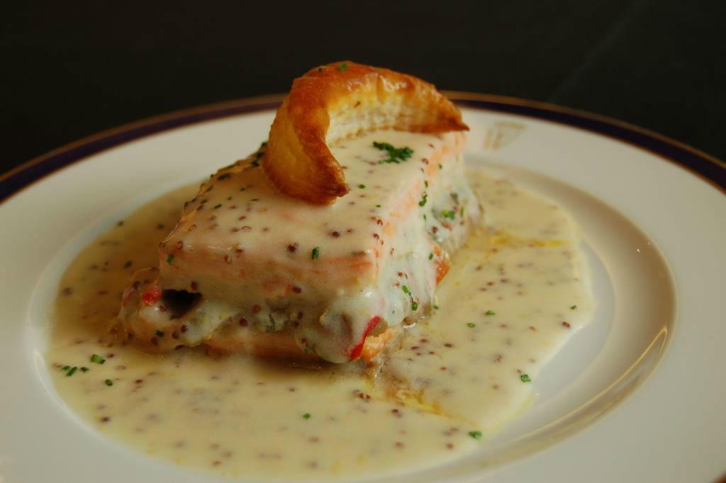 Pastel de salmón,  merluza y verduras con salsa de mostaza antigua y media luna de hojaldre