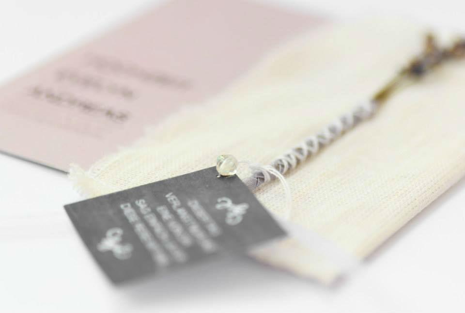 Lavendel-Hochzeitseinladung mit Stoffhülle
