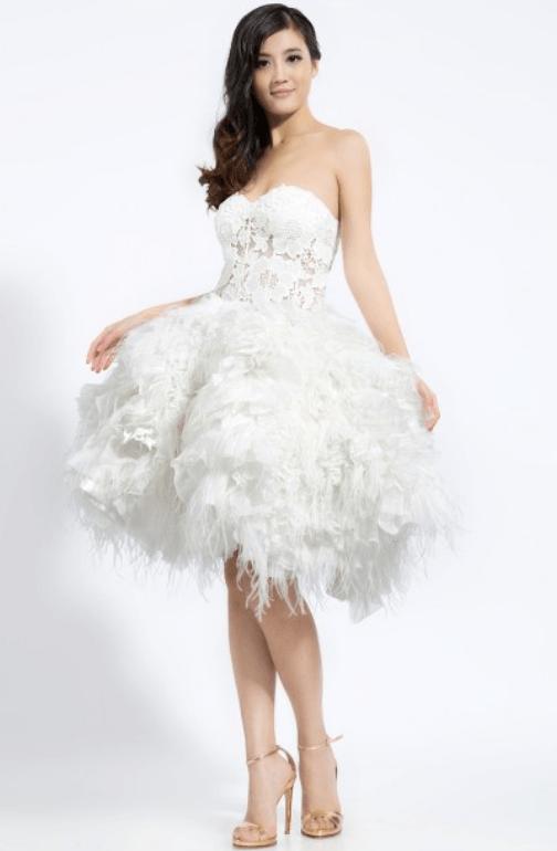 Robe de mariée courte à plumes unique ne Europe, en exclusivité, en dépôt-vente chez Mariage en Rose.