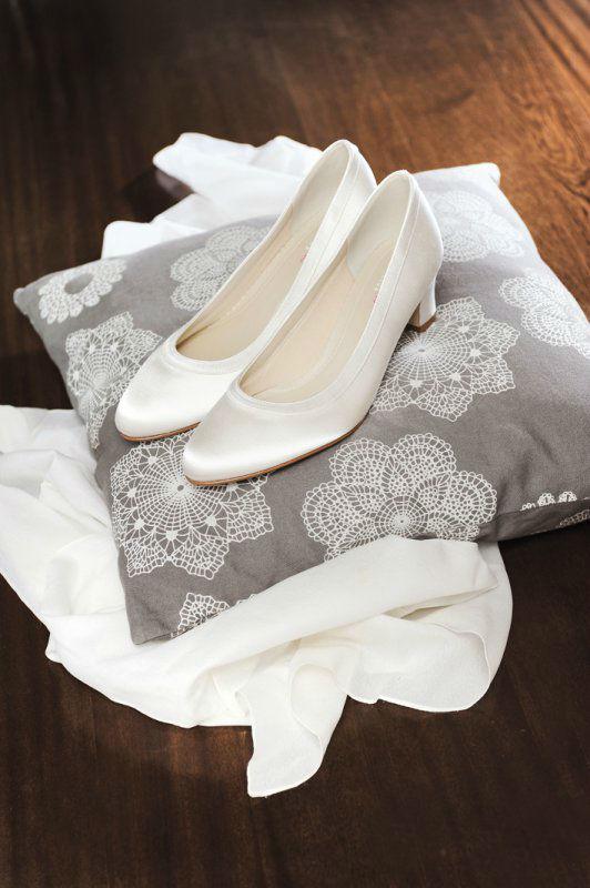 Beispiel: Schlichte Brautschuhe, Foto: Silhouette.