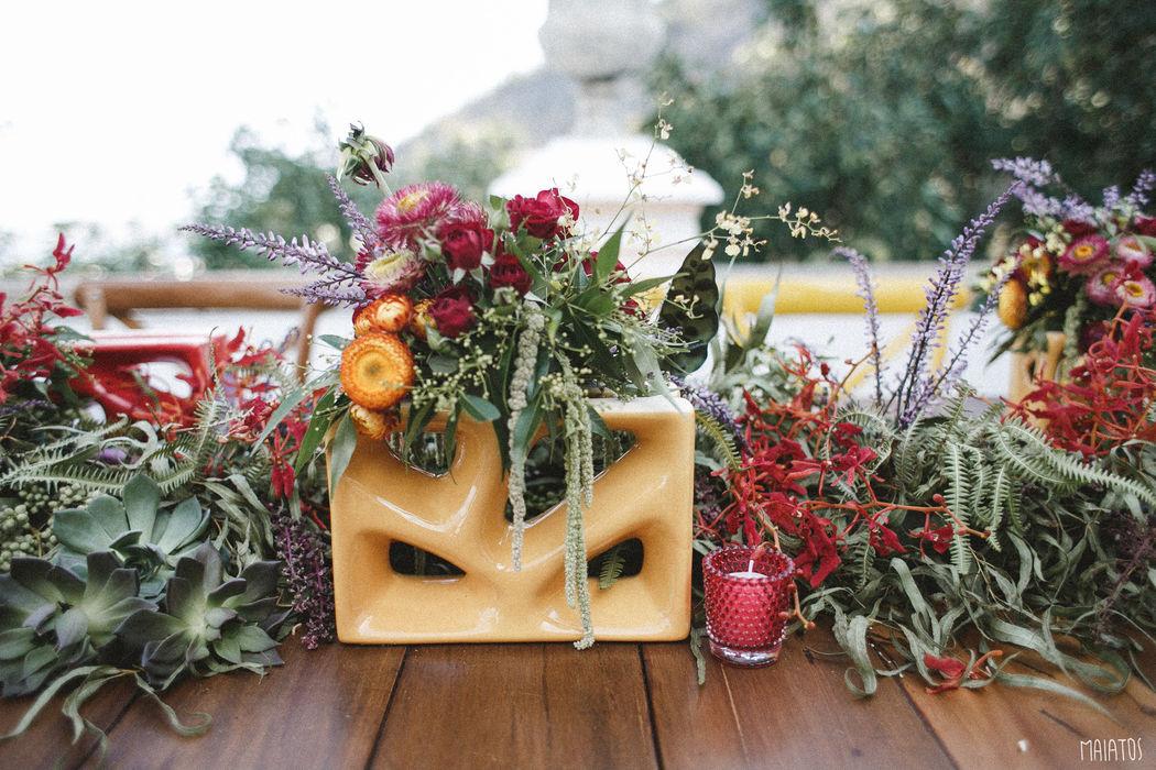 Sobre ressignificar objetos: o cobogó virou suporte para um lindo arranjo floral. Inspiração em Barcelona