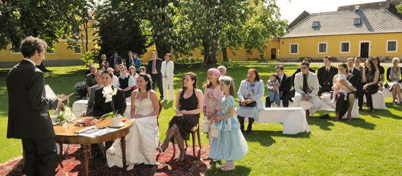Beispiel: Hochzeitsgesellschaft im Park, Foto: Schloss Urschendorf.