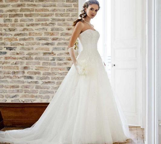 Beispiel: Brautkleider von Eglantine Créations, Foto: Brautmoden Isabel.