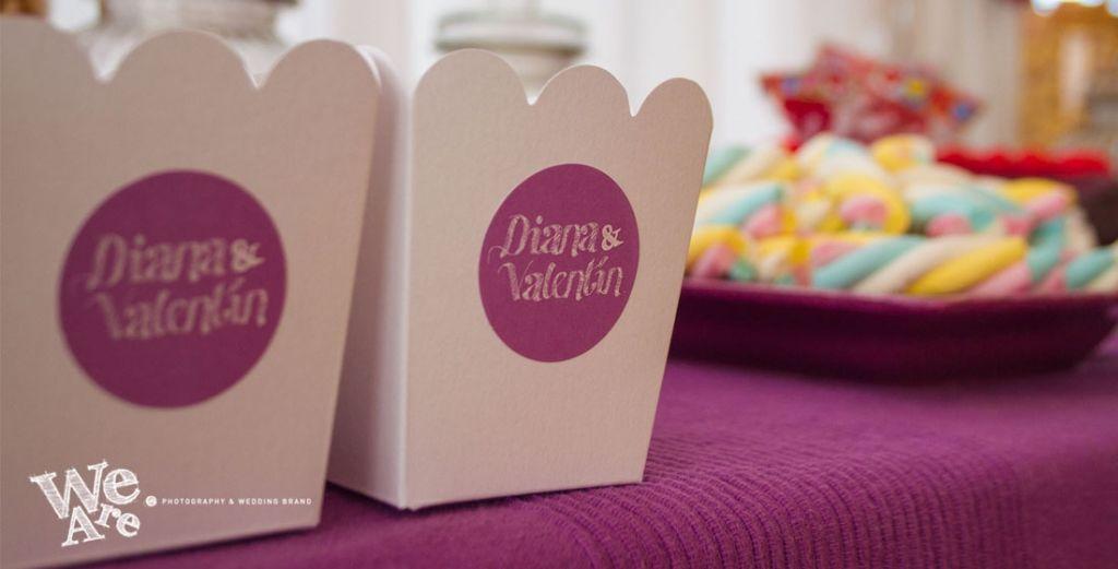 We Are. - diseño de pegatinas para decoración de mesa de chuches. Diseño y Organización.