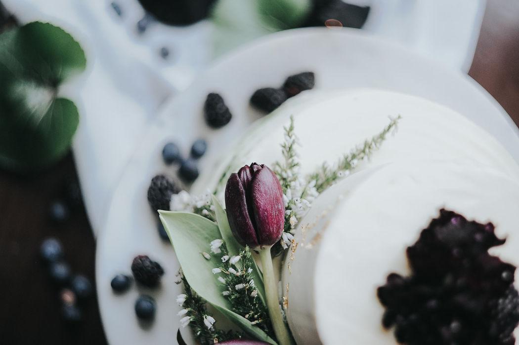 Bolo de baunilha pura com doce de amora e curd de limão  Foto: Meraki Studio