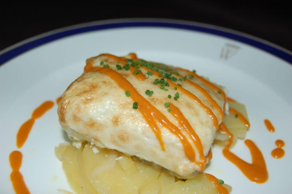 Lomo de bacalao sobre lecho de panaderas, emulsión de pimientos y glaseado de ajo asado
