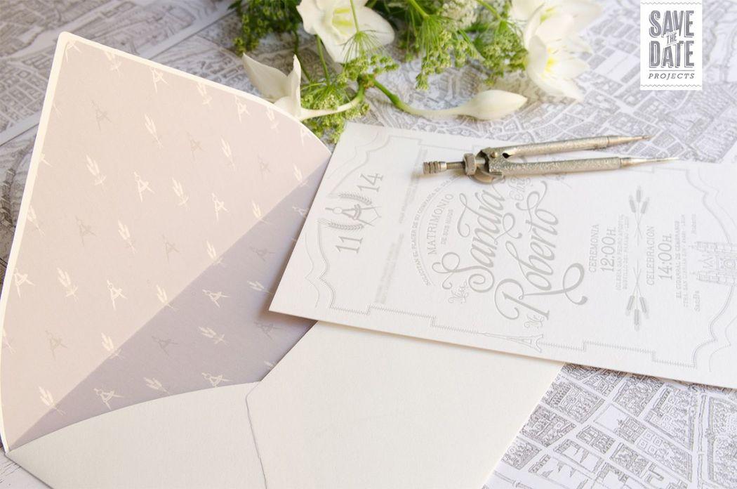 Invitación vintage impresa en letterpress (impresión con relieve), sobre un papel de 450 gr. Incluye el logo de los novios (compás = Arquitectura + Espiga= Agrónomos) y los lugares favoritos de sus viajes.