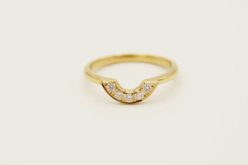 Pisa argolla en oro amarillo 18k con diamantes.