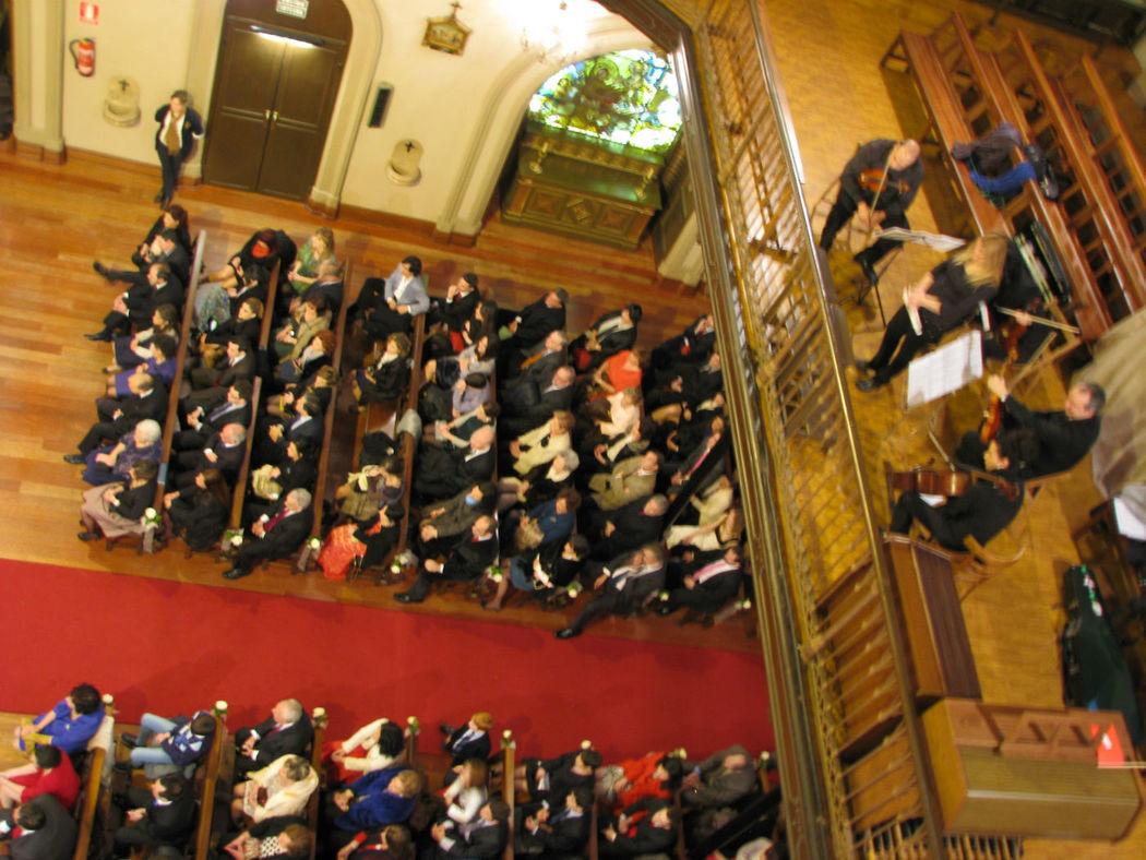 Tocando en la Misericordia de Bilbao, en una boda religiosa. Puedes ver algunos vídeos en Youtube