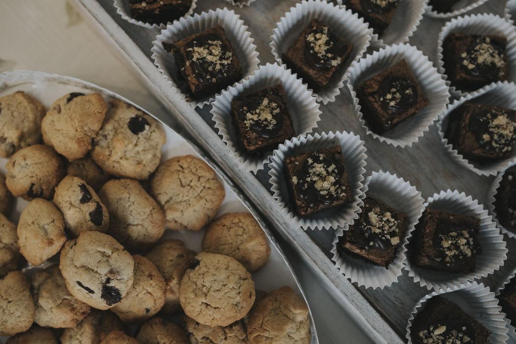 Mini porciones de brownie y mini cookies de 3 chocolates