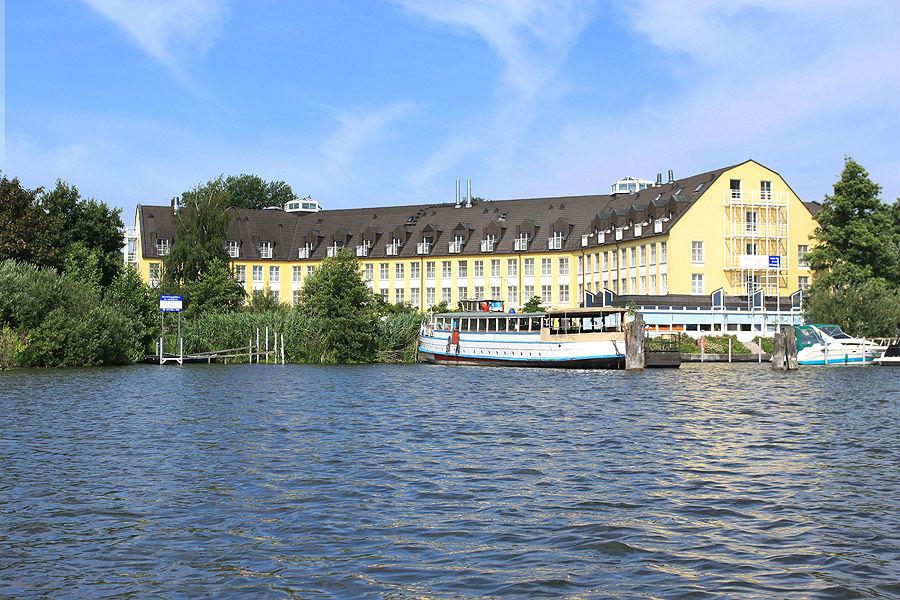 Beispiel: Außenansicht vom See, Foto: Seehotel Zeuthen.