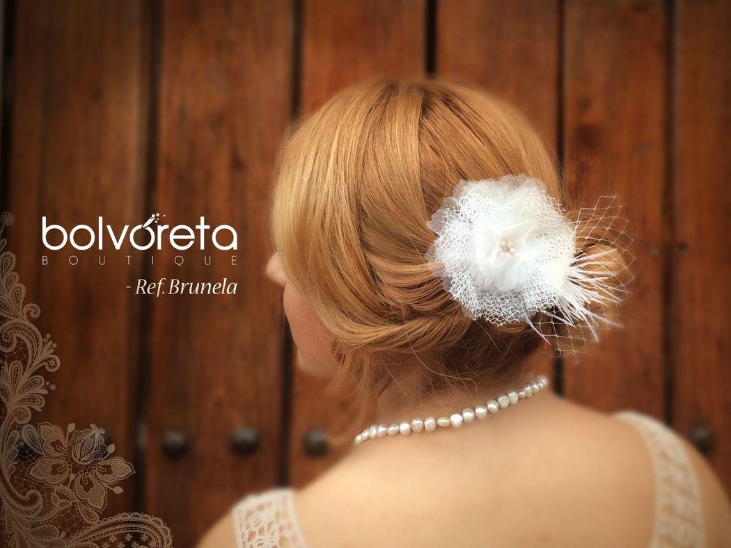 Broche Ref: Brunela plumas, velos y telas que forman una delicada flor, para una novia contemporánea y delicada.