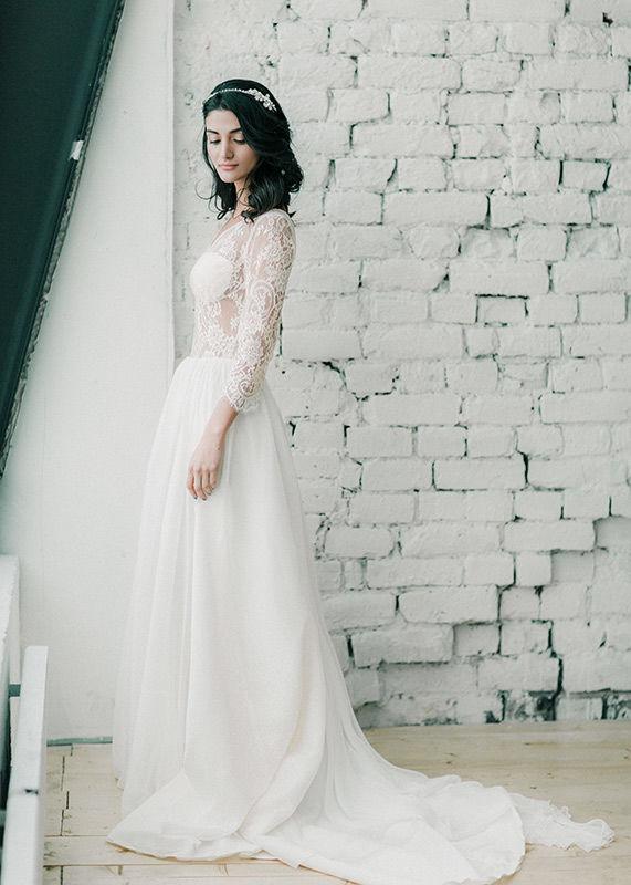 Tasmin - роскошное элегантное платье. Отлично подойдет стройным, высоким невестам. Элегантный, броский верх замечательно сочетается со сдержанным струящимся низом. Рукава ¾ придают оригинальности, ведь они нечасто встречаются в моделях свадебных платьев. Это платье придаст формам мягкости и гармоничности. Эксклюзивная вышивка придает изделию утонченности и свежести. Расшитый корсет привлекает внимание, делает спину ровной и соблазнительной. Ниспадающие юбки выполнены из воздушного шифона. Платье отображает легкий, беззаботный образ стильной, эффектной девушки.