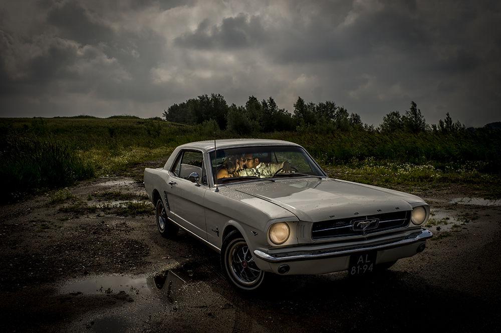 bruidspaar in de auto