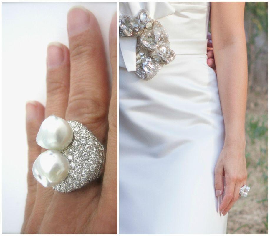 Este magnífico anillo de compromiso de oro blanco, diamantes y perlas Australianas barrocas es perfecto para un vestido de lineas sobrias. Aunque hay para todos los gustos y bolsillos!