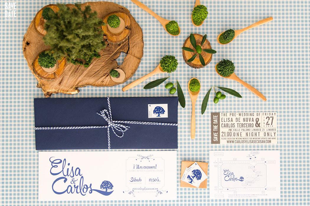 Invitación de boda personalizada impresa en letterpress (impresión con relieve), realizamos también el mapa a juego y un save the date como entrada de concierto y por último los sellos de correos personalizados.