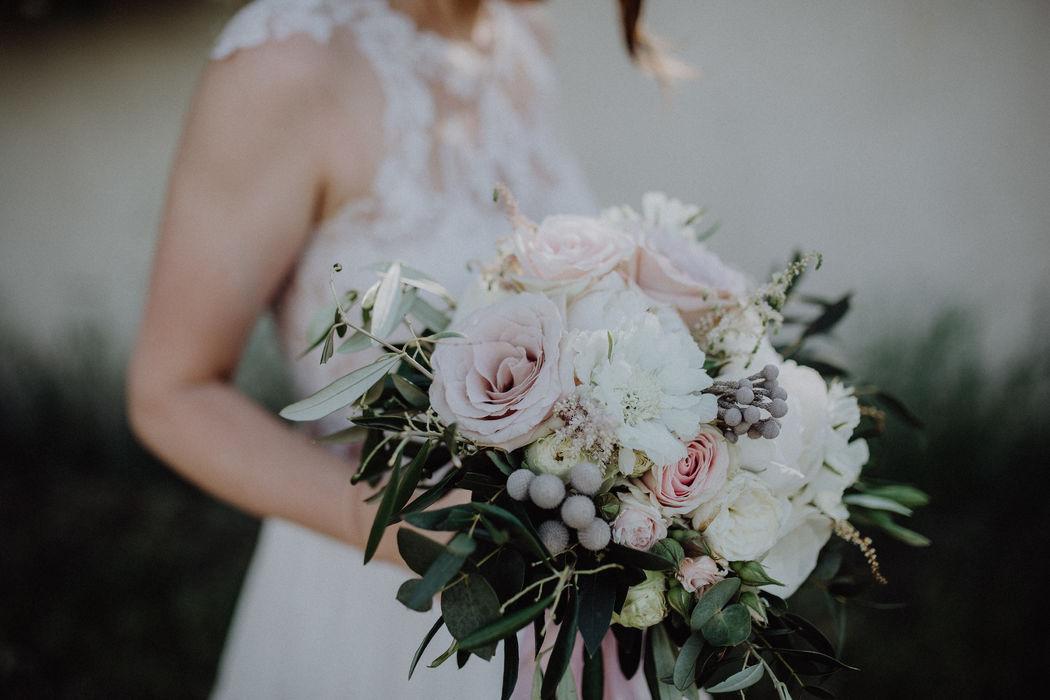 Moderner Brautstrauß in lockerer Fertigung  im blushed Look mit Eukalyptus & Olivenzweigen & meiner geliebten Edelrose