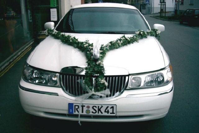 Beispiel: Limousine mit Hochzeitsdekoration, Foto: Stretchlimo Kristen.