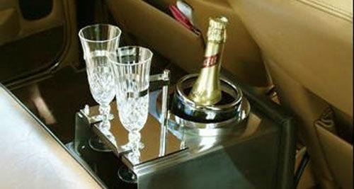 Beispiel: Stoßen Sie auf Ihren großen Tag an, Foto: Classic Car Chauffeur Service.