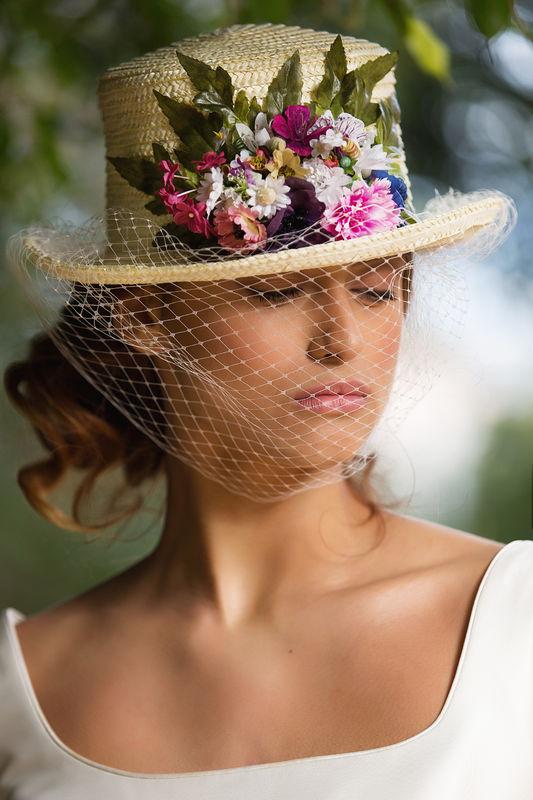 Chistera con redecilla y flores de tela, es un sombrero muy especial evoca a épocas de antaño.