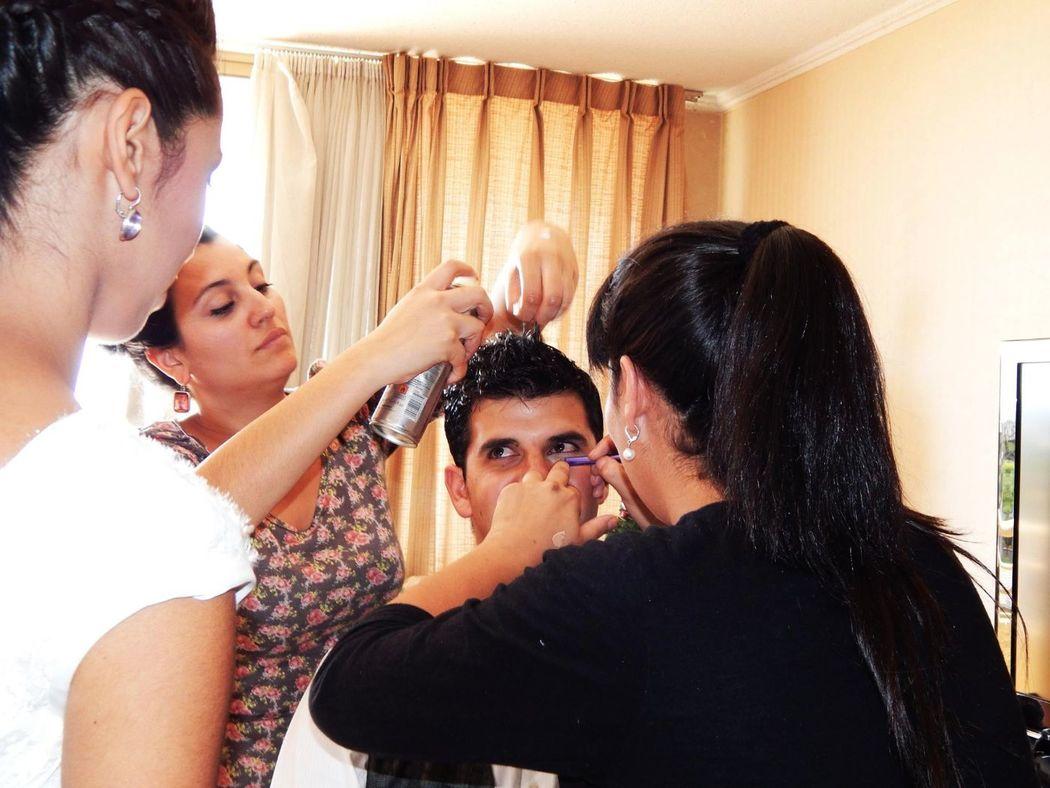 Peinando al Novio y maquillando algunos detalles para la sesión de fotos. Hemos maquillado y peinado a muchos novios aunque no lo crean!