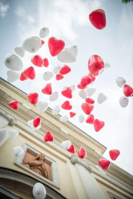 rossevents - w gli sposi - un saluto con palloncini colorati a forma di cuori al loro presentarsi agli ospiti sul sagrato della chiesa  Estate 2013 Busto Arsizio